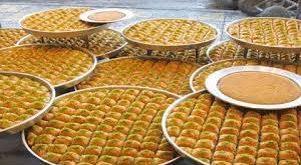 """Nişasta Bazlı Şeker (NBŞ), mısır nişastasından elde edilen früktozun işlenerek Glikoz yani şeker elde edilmesine denir. Tabiatta ki bütün meyvelerde bulunan şeker ekonomik bir değer ile birlikte kullanım açısından verimli olduğu için daha çok """"şeker pancarı"""" ve """"şeker kamışı""""ndan elde edilir. Türkiye de şeker üretimi daha çok şeker pancarından elde edilmektedir. İnsan bünyesi ancak düşük düzeyde şeker tüketimini kaldırabilecek metabolizmaya sahiptir. Eğer şeker tüketimi artarsa vücudumuzdaki karaciğer başta olmak üzere pankreas gibi organlar zarar görür."""