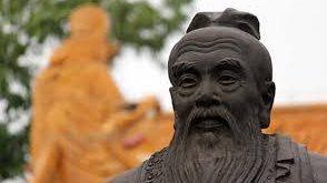 Gotama BUDA, Konfüçyüs ve Sokrates dünyanın farklı coğrafyalarında birbirine yakın tarihlerde yaşamını sürdürmüş bu üç filozof içinde yaşadıkları toplumu ve o topluma yön veren değerleri tüm yönleriyle sorgulamıştır. Her birinin hayatı ve dünya görüşleri zorlu süreçlerden geçip kimisine refahı sağlarken kimisine özellikle de birisine yani Sokrates'e düşüncelerinin bedelini hayatı ile ödemeye kadar varan gelişmelere yol açmıştır.