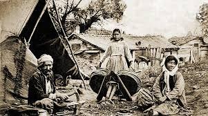 Müzik konusunda başlıbaşına bir yeteneğe sahip olan Çingeneler kimi hala geçerli kimi ise tarihe karışmış meslek dallarından, çiçekçilik, kalaycılık, çöpten dönüşüme katkı sağlama, sepetçilik, maşacılık, ayakkabı boyacılığı, ayakkabı imalatı sektörlerinden para kazanma mücadelesi verirler. Düğünleri, kavgaları, dostlukları ile çok özel yanlara sahip olan Çingeneler; yaşadıkları ülkelerin buhranlı dönemlerinde ve her krizde hedef tahtasına ilk koyulan toplulukturlar.