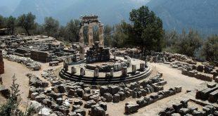 İlk yerleşimlerin M.Ö. 2000' li yıllara kadar uzandığı tahmin edilen Delphi' deki kutsal alanın ve kehanetlerin gelişimi ise M.Ö. 8. Yüzyıla dayandırılır. Olimpos'un oniki tanrısından biri olan Apollon'un; ışığın, bilginin, harmoninin ve tabi ki de kehanetin tanrısı olduğuna inanılırdı. Delphi' deki bu tapınak da Apollon'a armağan olarak yapılmış bir ibadet merkezidir.