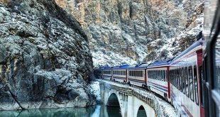 Aynı şekilde Kars'tan her sabah saat 7.45 de hareket ediyor. Biz giderken 26 saatte gittik fakat dönüş yolunda sadece Sivas'a kadar gidip oradan da Adana'ya gideceğimiz için biletlerimizi bir görevliye saati danışarak almıştık ama yolun bir kısmında tek geçişlik bir yer olduğu için aynı zamanda karşıdan da bir tren geldiği için yaklaşık bir buçuk saat o trenin gelmesini bekledik.