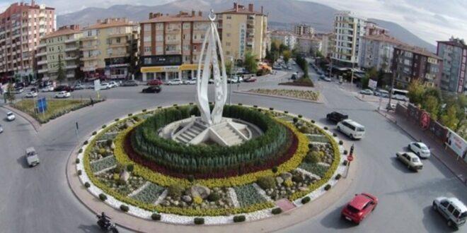 """Bir şehri gezmek istiyorsanız o şehrin konumunu bilmeniz lazım. Bu bağlamda """"Niğdenerede"""" diye kendinize sormalısınız. Niğde, İç Anadolu Bölgesi'nin Orta Kızılırmak bölümünde yer alır. Niğde'nin kuzeyinde Kırşehir ve Nevşehir, güneyinde Mersin, güneydoğuda Adana, güneybatıda Konya vardır. Niğde yüz ölçümü bakımından da etrafındaki şehirlere göre küçüktür ama en az onlar kadar da şirin bir şehirdir."""