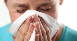 Soğuk algınlığına benzer belirtilere sahip olan saman nezlesi, soğuk algınlığının aksine virüsten kaynaklanan bir rahatsızlık değildir. Saman nezlesine neden olan alerjen maddeler kimi insanları etkilerken kimilerinde ise bir etki yaratmaz. Etkilediği insanların bağışıklık sisteminin alerjenlere tepki vermesi bunun baş nedenidir. Şimdi, bahar aylarında insanların belası olan saman nezlesini daha yakından inceleyelim.