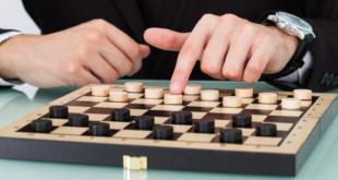 Dama, tarihsel süreci hakkında kesin bir bilgi olmamasına rağmen, tahta oyunları arasında öğrenilmesi ve oynanması en basit oyundur. Dama, çoğu ülkede satrancın atası olarak bilinir ve günümüzde popülerliğini korumaktadır. Şimdi, oynaması kolay ama aynı zamanda eğlenceli olan Dama'nın nasıl oynanacağına daha yakından bakalım.