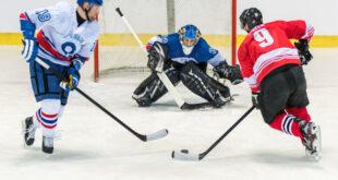 """Modern buz hokeyinin kuralları Kanadalı James Creighton tarafından tasarlandı. 1875'te Creighton'un kurallarına göre ilk buz hokeyi oyunu Montreal, Kanada'da oynandı. İlk organize edilen iç mekan oyunu Victoria Skating Rink'te James Creighton ve birkaç McGill Üniversitesi öğrencisi dahil olmak üzere dokuz oyunculu iki takım arasında oynandı. Bir top veya """"tıpa"""" yerine, oyunda düz dairesel bir tahta parçası vardı."""