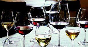 Tadım kadehi adı verilen özel bir tadım bardağı olsa da, normal boyutlardaki bardaklarla da tadım yapmanızda sakınca yoktur. Dibi geniş, ağzı dar bir kadeh olması yeterli. Bu sayede şarabın aromasını bardağın her yerinde net hissedebilirsiniz. Ama en önemlisi kadehinizin temiz ve renksiz bir kadeh olmasıdır çünkü kadeh temiz olmadığı sürece şarabın tadını ve renksiz olmadığı sürece görüntüsünü tam anlayamazsınız.