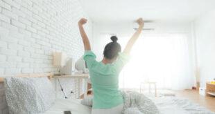 Peki, daha enerjik ve zinde olmak için ne yapılması gerektiğini biliyor musunuz? Çünkü sürekli yorgun hissediyorsanız, yaşam tarzınızda ve alışkanlıklarınızda bazı hatalar vardır. Aşağıdaki önerileri inceleyerek ne tür hatalar yaptığınızı fark edebilir ve alışkanlıklarınızda yapacağınız düzenlemeler sayesinde gün boyu zinde olabilirsiniz. İşte daha enerjik olmak için bazı önemli noktalar: