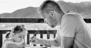 Ebeveyn olmak hayatınızın en ödüllendirici ve ödüllendirici deneyimlerinden biri olabilir, ancak bu kolay olduğu anlamına gelmez. Çocuklarınız kaç yaşında olursa olsun, asla bitiremezsiniz. İyi bir ebeveyn olmak için çocuklarınıza değer verildiğini ve sevildiğini hissettirmeniz gerekir. Ayrıca onlara doğru ile yanlış arasındaki farkı da öğretmelisiniz. Günün sonunda en önemli şey, çocuklarınızın gelişip kendine güvenen, bağımsız ve şefkatli yetişkinler haline gelebileceği bir büyüme ortamı yaratmaktır. Nasıl iyi bir ebeveyn olunacağını öğrenmek istiyorsanız, bu makaleyi dikkatlice okuyun.
