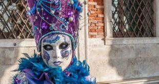 Venedik maskeleri asırlık bir Venedik geleneğidir. Günümüzde Venedik Karnavalı sırasında takılan ancak geçmişte genellikle kullanıcının kimliğini ve sosyal statüsünü gizleme aracı olarak kullanılan maskeler, toplumun diğer üyeleriyle günlük sosyal hayatın sınırları dışında etkileşimde bulunmak ve özgürce hareket etmek için kullanılmıştır. . Venedik'te yüzyıllar boyunca kağıt, kürk, kumaş, mücevher veya tüylerle süslenmiş bu farklı maskeler, altın veya gümüş gibi parlak renkler ve karmaşık barok tarzı süslemeler kullanarak oldukça gösterişli bir tasarıma sahipti.