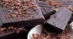 Çikolatanın tarihi eski zamanlara dayanmaktadır. Tam 4 bin yıl önce Maya ve Aztekler tarafından özel günlerde tüketilen bir içeceğin yapımında kullanılmıştır. Coğrafi keşiflerde Kristof Kolomb'un Avrupa'ya taşınmasıyla çikolata sesi duyulmaya başlandı. Aztek ve Mayalarda, çikolatadan yapılan içeceği sadece zümrütlü insanlar içebilirdi. Sıradan insanlar ise çok özel bir durum olmadan içki içemezdi. İlk günlerde içecek olarak acı bir şekilde tüketilen kakao, 1700'lü yıllarda İngilizlerin buna süt eklemesiyle farklı bir tat olmaya başladı.